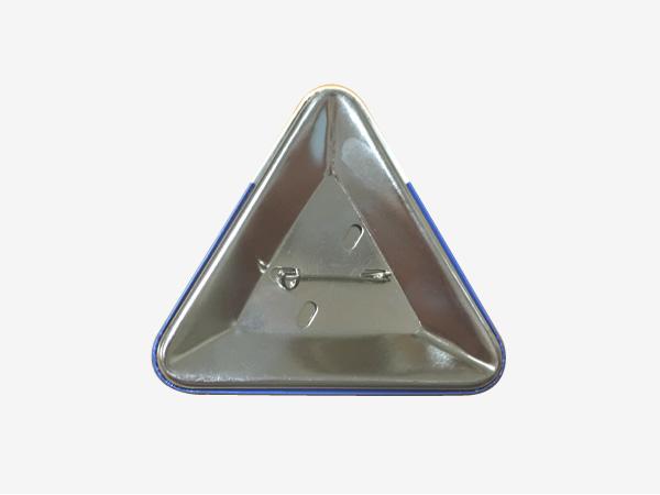 三角形缶バッジの裏の写真